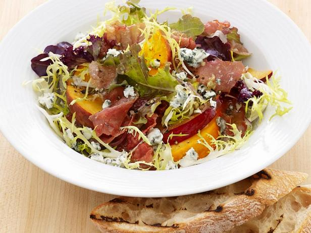 Фотография блюда - Теплый салат со сливами и персиками
