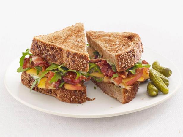 Фотография блюда - Сэндвичи с беконом, персиками и рукколой