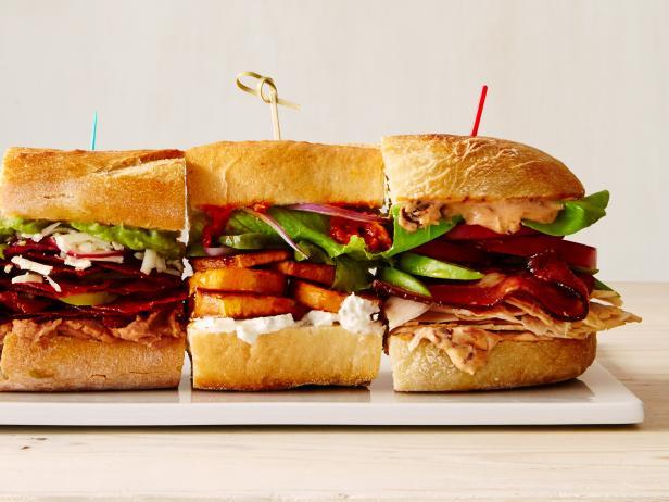 Слева направо: 23. С чоризо по-мексикански; 5. Ближневосточный овощной сэндвич; 28. С индейкой, беконом и авокадо.