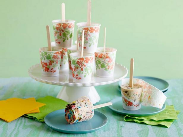 Фотография блюда - Мороженое с печеньем и конфетами