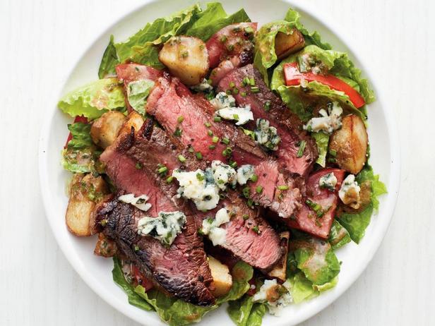 Фотография блюда - Салат со стейком и картофелем