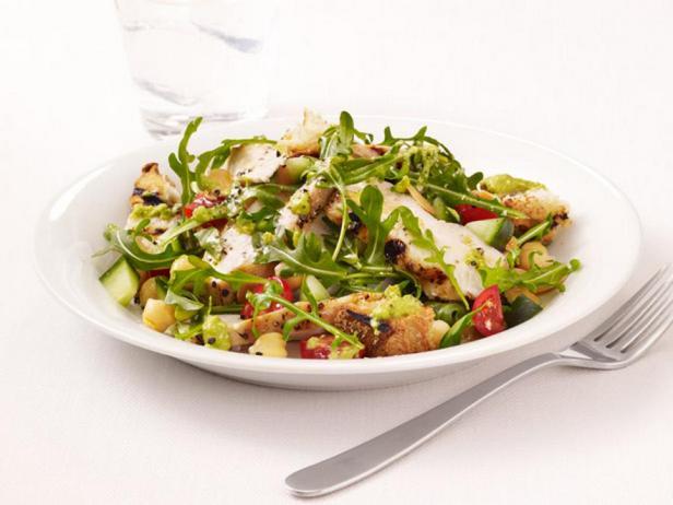 Фотография блюда - Гриль-салат с курицей, рукколой и заправкой гаспачо