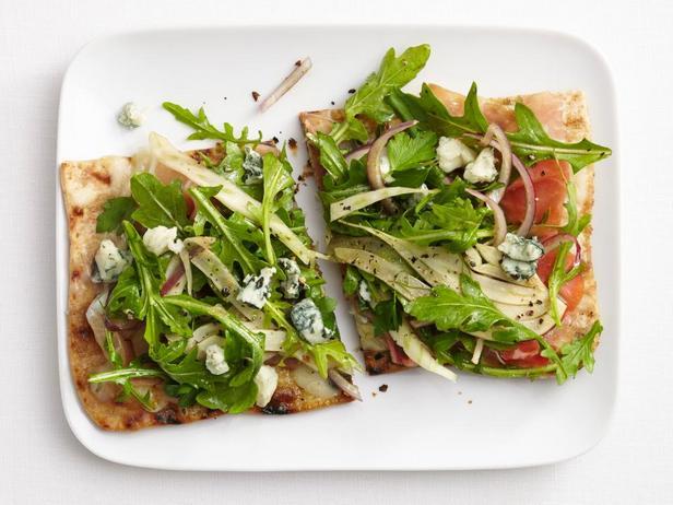 Фотография блюда - Пицца на лаваше с ветчиной и руколой