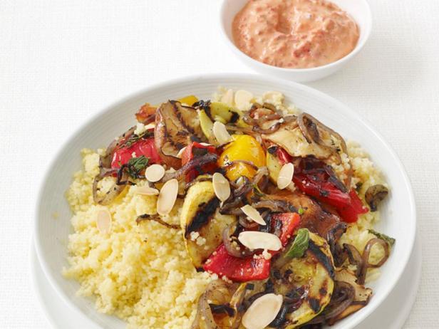 Фотография блюда - Овощи-гриль с кускусом и йогуртовым соусом
