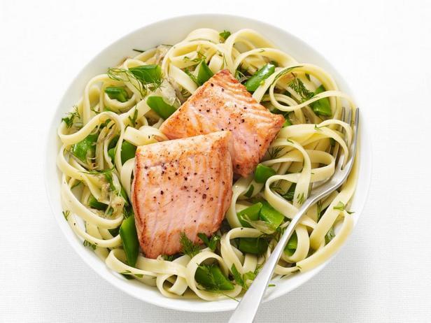 Фотография блюда - Фетучини с лососем и сахарным горохом