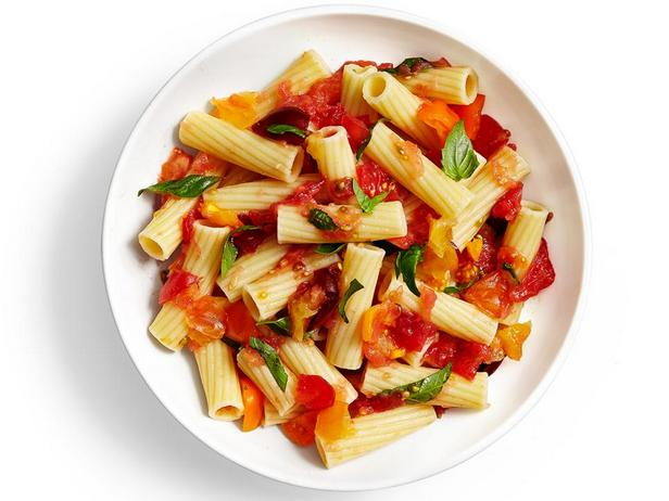 Фотография блюда - Итальянская паста с базиликом и соусом из протёртых помидоров