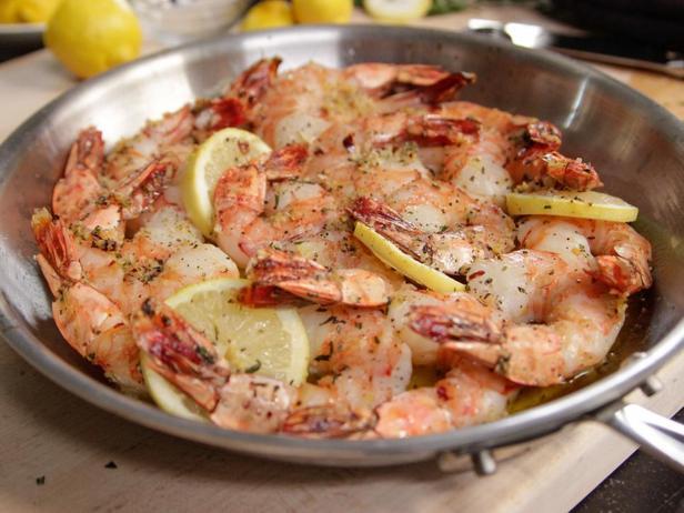 Фотография блюда - Запечённые креветки с розмарином и лимоном в духовке с чесночным маслом