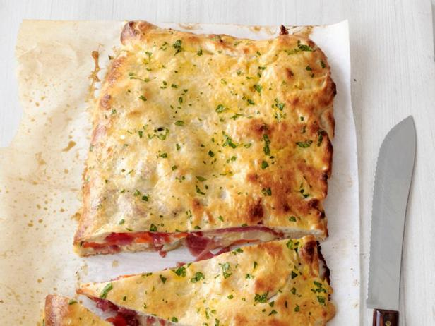 Фотография блюда - Кальцоне с колбасой салями и сыром моцарелла