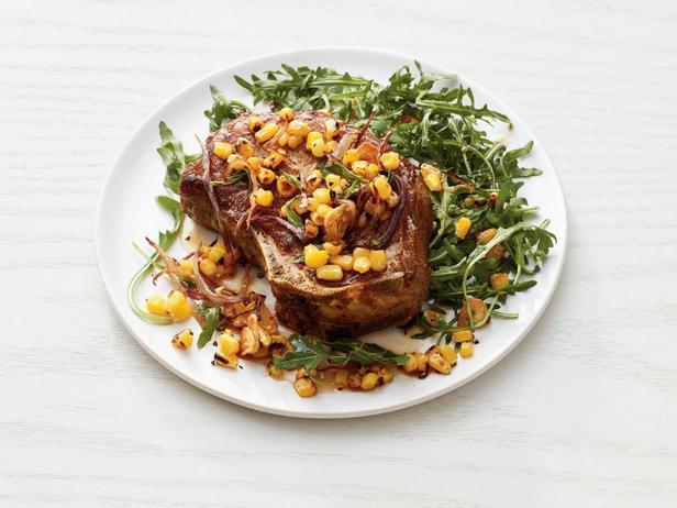 Фотография блюда - Натуральная свиная котлета на кости с кукурузой и рукколой