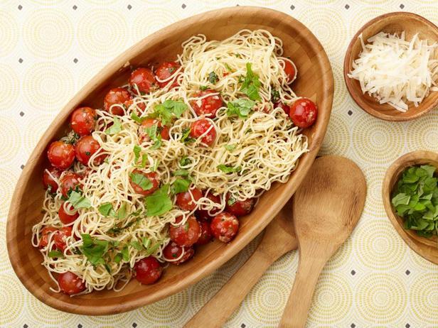 Фотография блюда - Капеллини с помидорами и базиликом