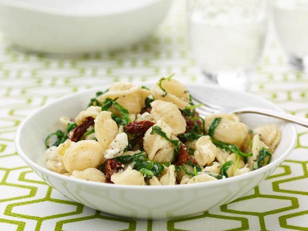Фотография блюда - Макароны ракушки с вялеными помидорами, козьим сыром и зелёным салатом