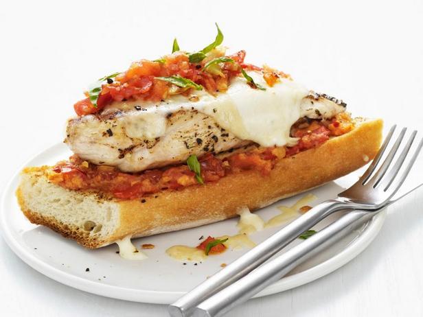 Фотография блюда - Куриные грудки, жареные на гриле с сыром