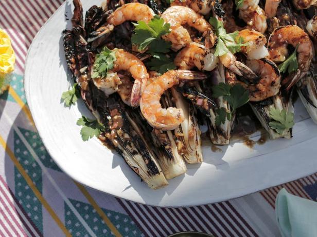 Фотография блюда - Жареные креветки и радичио на гриле