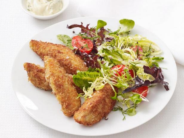 Фотография блюда - Жареные куриные грудки в панировочных сухарях с салатом