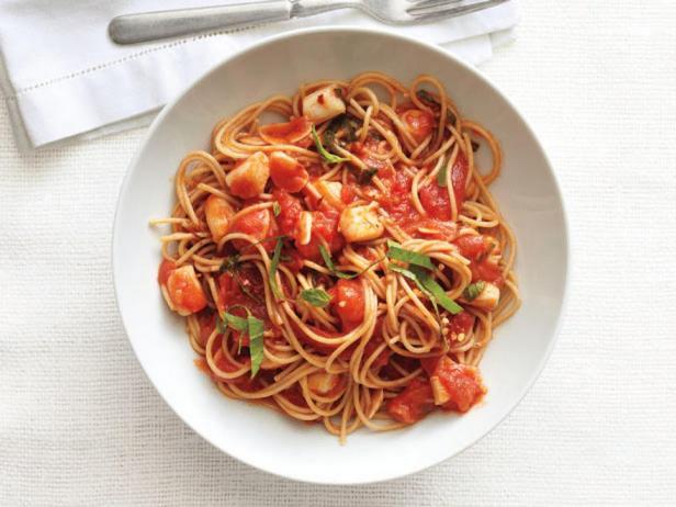 Фотография блюда - Спагетти и морские гребешки, тешеные в соусе маринара