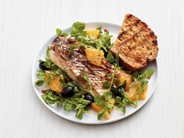 Фотография блюда - Жареный на гриле черный окунь с апельсинами