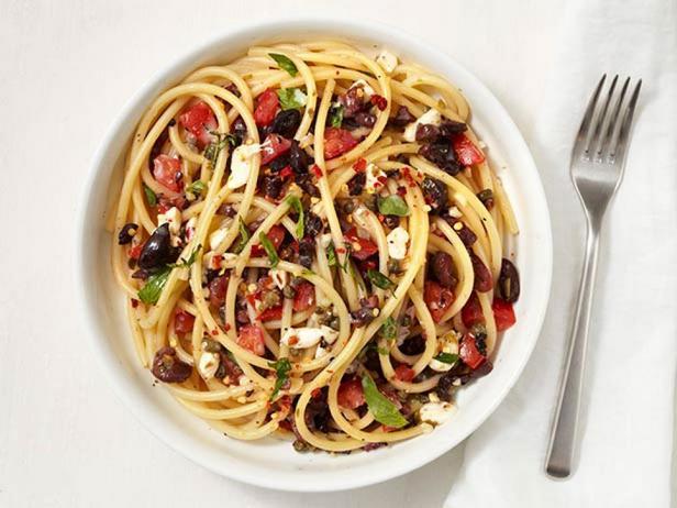 Фотография блюда - Спагетти с помидорами, маслинами и каперсами