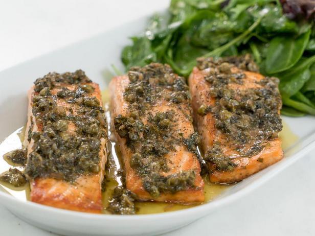 Фотография блюда - Жареный лосось с каперсами под лимонным соусом с розовым вином