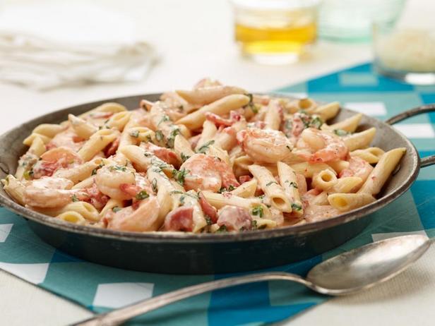 Фотография блюда - Пенне с креветками и сливочным соусом с травами