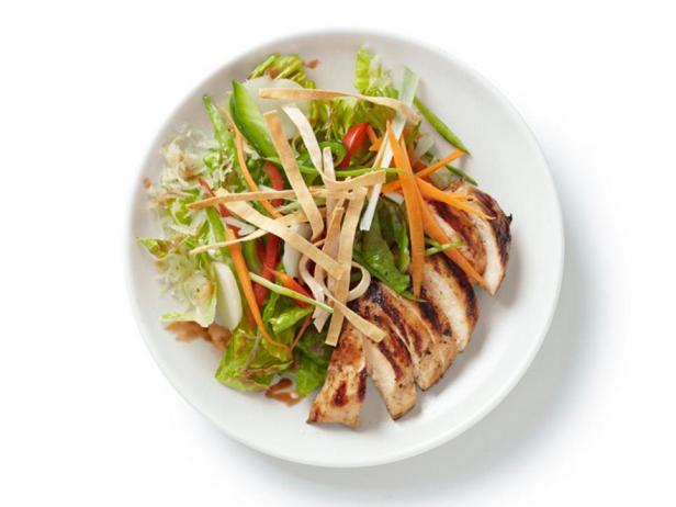 Фотография блюда - Куриный салат по-азиатски с вишнево-ореховой заправкой