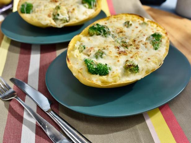 Фотография блюда - Тыква-спагетти, фаршированная курицей, брокколи и сыром