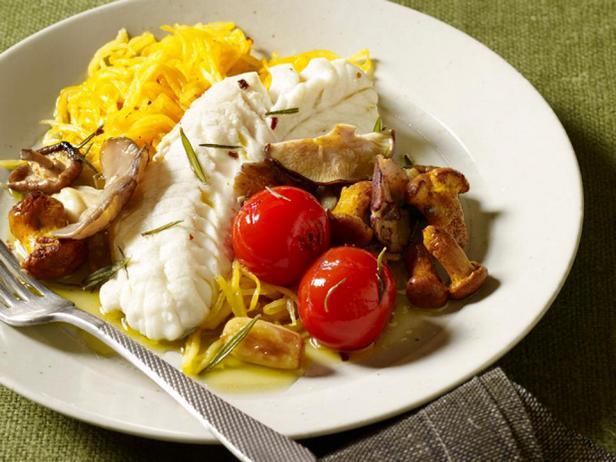 Фотография блюда - Рыба на пару и гарнир из овощных спагетти с чесночным маслом