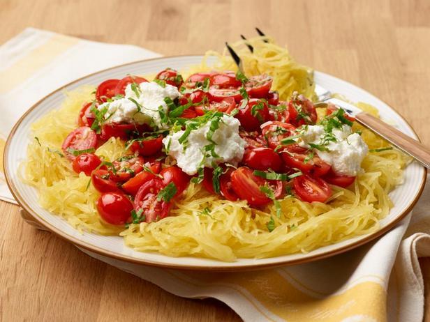 Фотография блюда - Тыквенные спагетти со свежими томатами и рикоттой