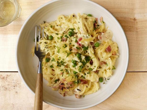 Фотография блюда - Тыква Спагетти в соусе Альфредо с панчеттой и зелёным горошком