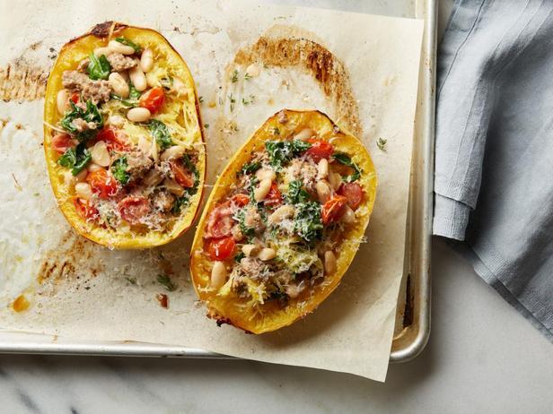 Фотография блюда - Тыква-спагетти, начиненная колбасой и белой фасолью