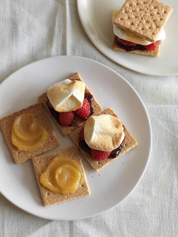 Фотография блюда - Американский десерт Смор с маршмеллоу и лимонным курдом