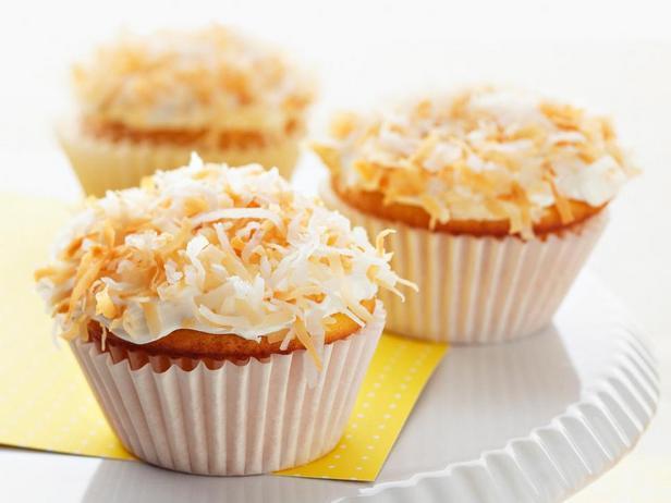 Фотография блюда - Кокосовые капкейки с лимонной начинкой