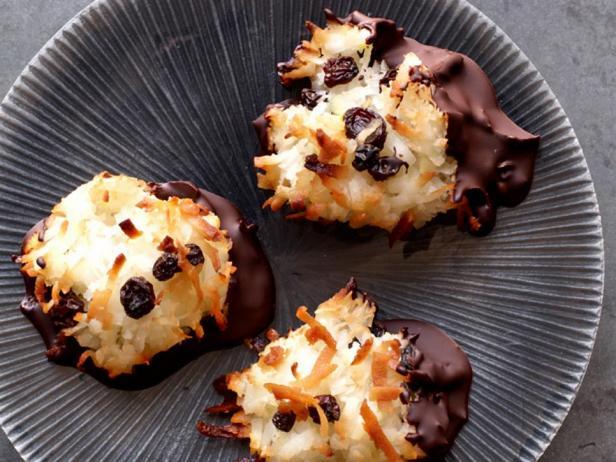 Фотография блюда - Кокосовые макаруны в шоколаде