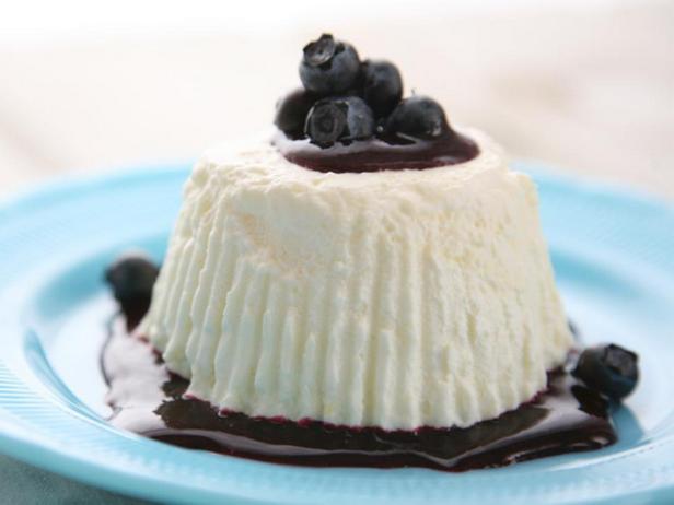 Фотография блюда - Десерт из лимонного курда (лимонный крем) с черничным соусом