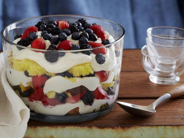 Фотография блюда - Трайфл с лимонным кремом и свежими ягодами