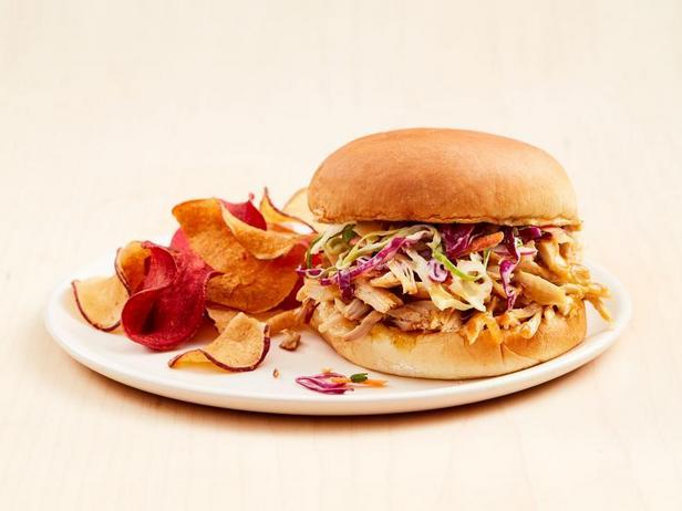 Фото Сэндвичи с рваной курицей в гавайском стиле, приготовленной в мультиварке
