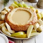 Сырно-пивное фондю в хлебной чаше
