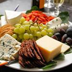 Простая сервировка сырной тарелки