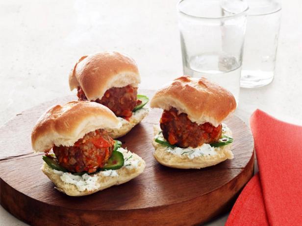 Фотография блюда - Мини-чизбургеры с фрикадельками и козьим сыром