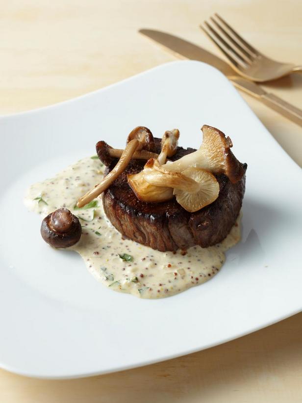 Фотография блюда - Филе-миньон со сливочно-горчичным соусом и лесными грибами