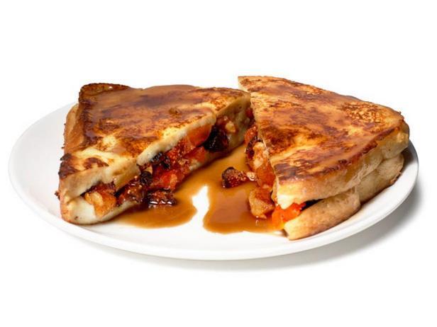 Фотография блюда - Сэндвич из французских тостов с инжиром, курагой и орехами