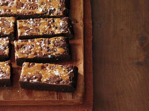 Фотография блюда - Шоколадный «Брауни» с карамельным соусом