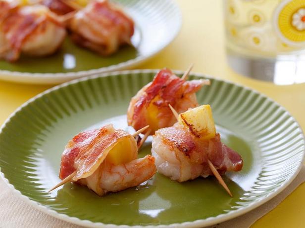 Фотография блюда - Креветки с ананасом, завернутые в бекон