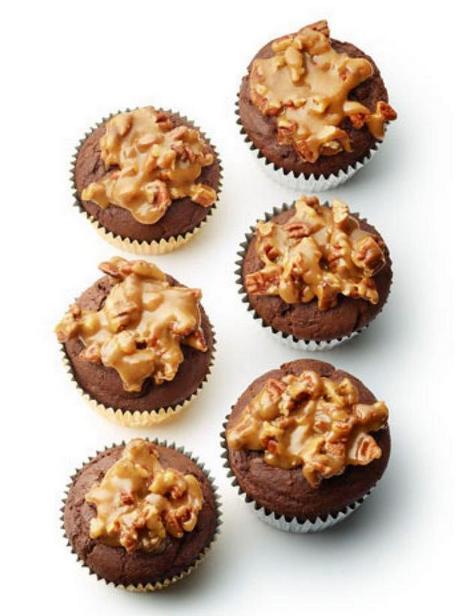 Шоколадные маффины с орехами (20)