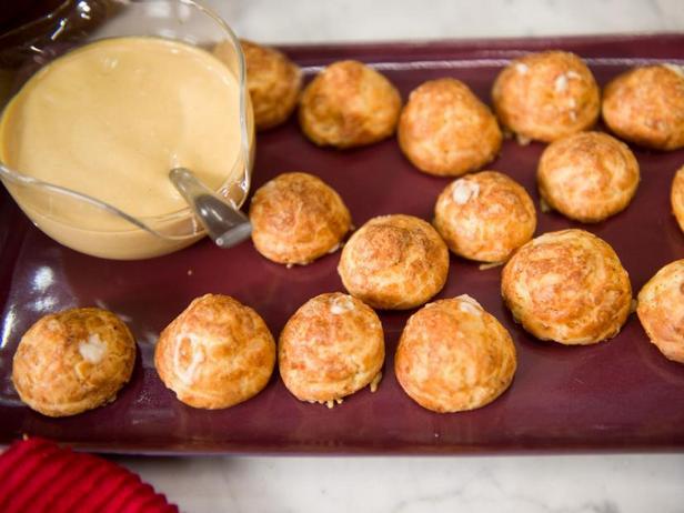 Фото Гужеры с жидким сыром и горчично-пивным дипом