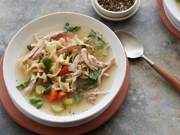 Фотография блюда - Куринный суп с лапшой в мультиварке
