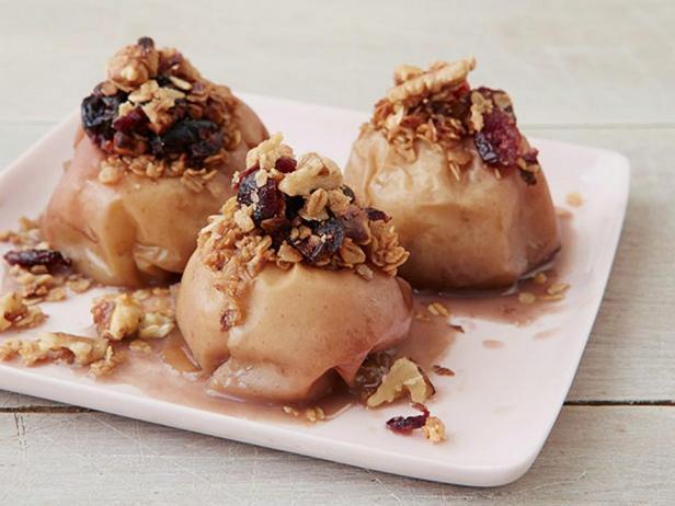 Фотография блюда - Яблоки, фаршированные грецкими орехами с клюквой в медленноварке