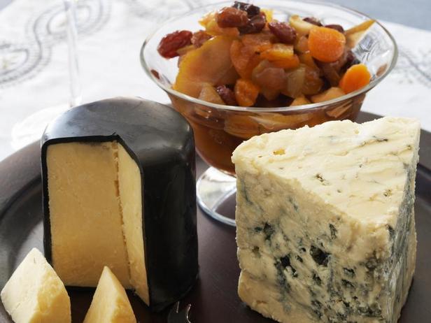 Фото Сырная тарелка с зимним компоте из сухофруктов