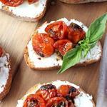 Кростини с печёными помидорами и 3 видами сыра
