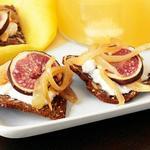 Крекеры с горчично-луковым джемом и инжиром