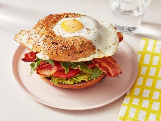 Фото Калифорнийский BLT сэндвич «Яйцо в лунке»